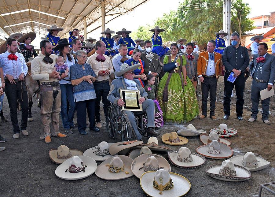 Entregan reconocimiento y la presea Herradura de Oro de la Federación Mexicana de Charrería